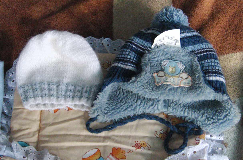 Продам 3 шапочки детские