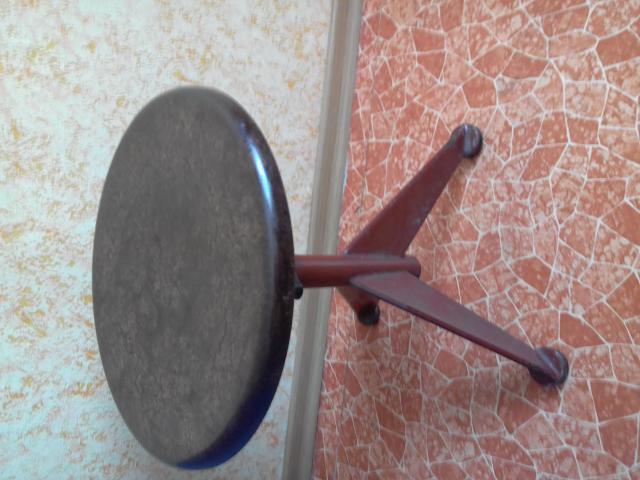 Продам  стульчик регулируемый для пианино