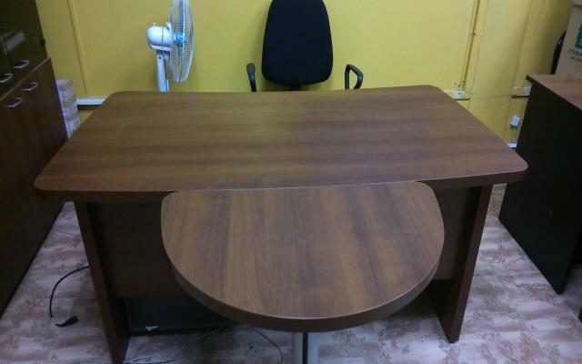 Продам: Офисный стол. Орех