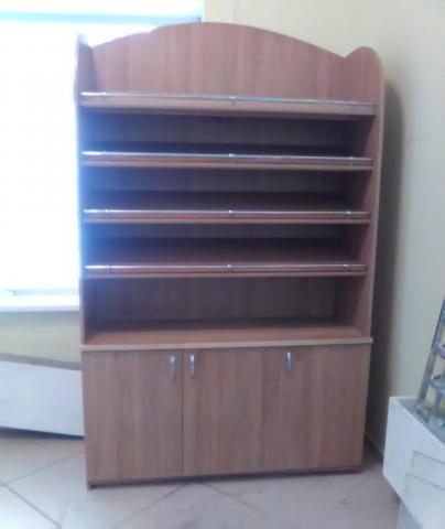 Продам шкаф выставочный