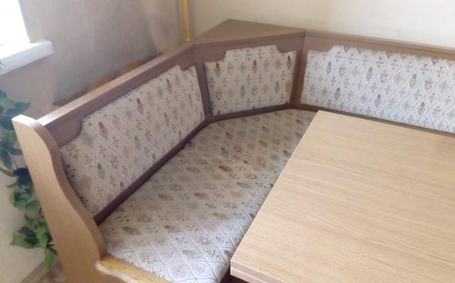 Продам Кухонный уголок со столом и стульями