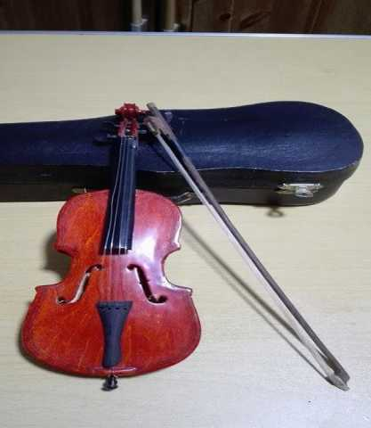 Продам Скрипка миниатюрная в футляре
