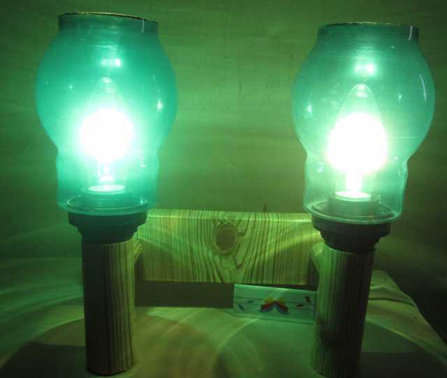 Продам настенный светильник с зеленой подсветко