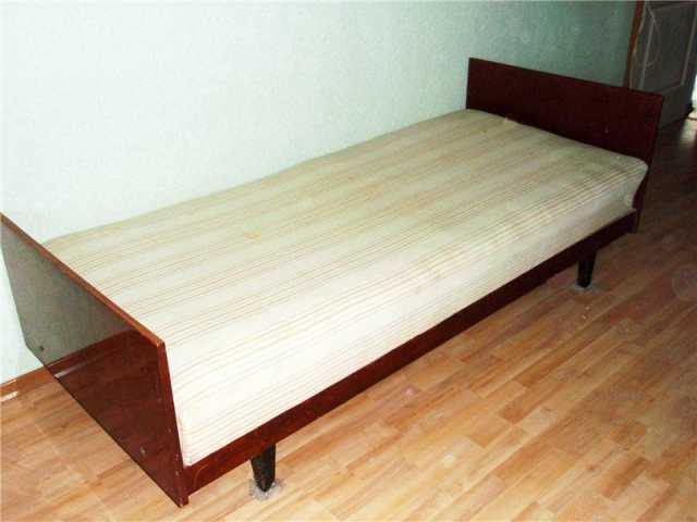 Продам Кровать темная с полированными спинками.