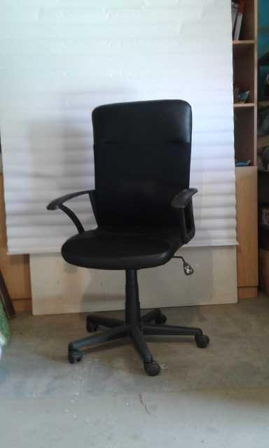 Продам Кресло офисное на колесиках