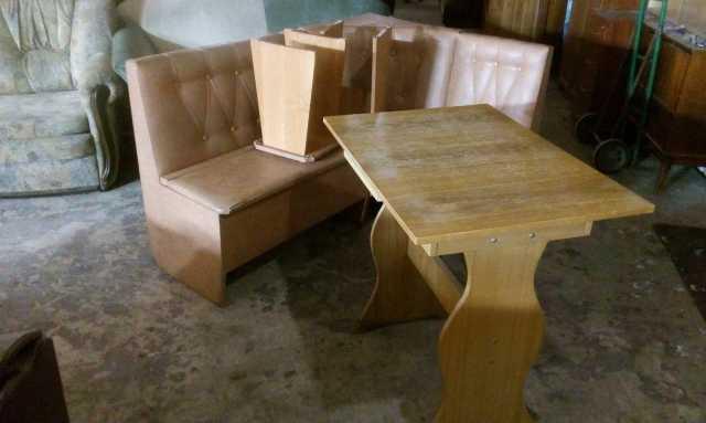 Продам стол и мягкий уголок