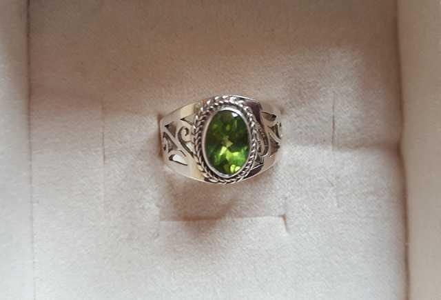 Продам Перстень серебро с природным перидотом