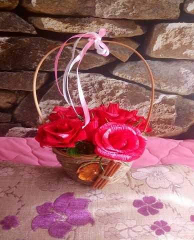 Продам Корзинка с розами из конфет