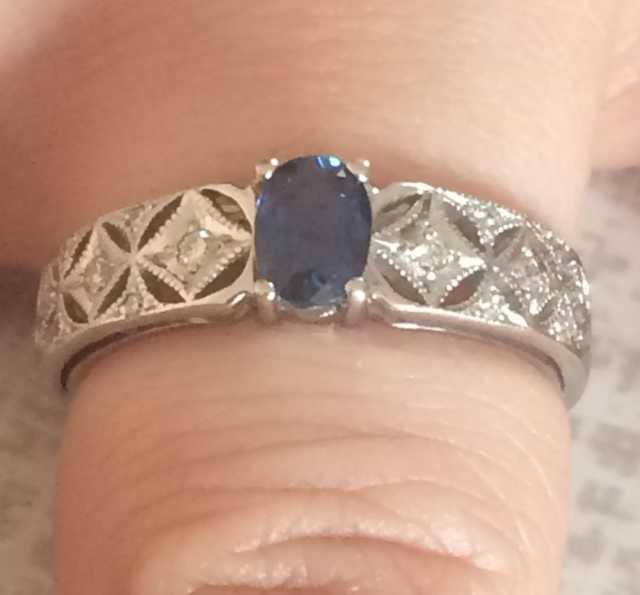 Продам Бриллиантовое кольцо из белого золота