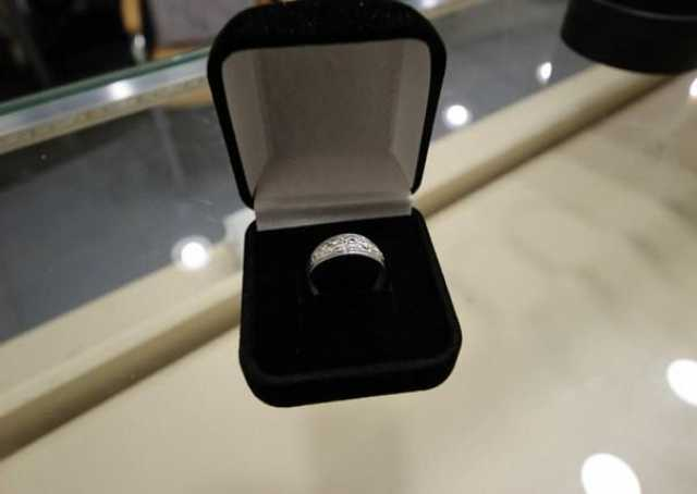 Продам Кольцо серебро размер 19