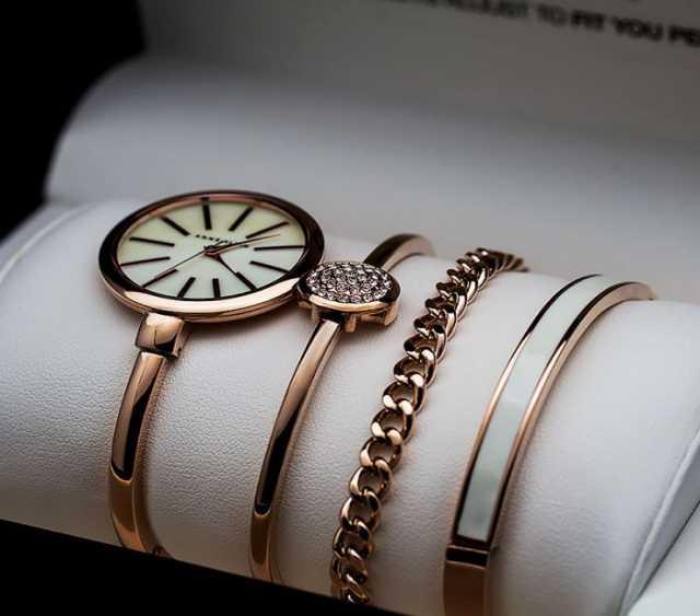 Продам часы с набором браслетов