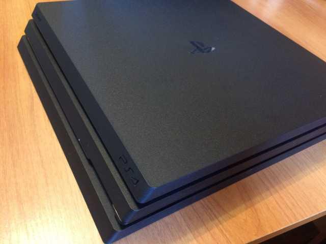 Продам Игровая приставка PS4 Pro + комплект игр