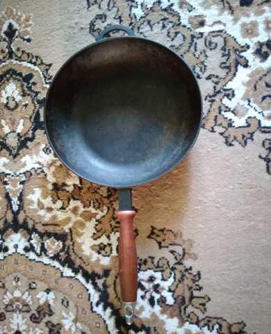 Продам Чугунная сковорода с деревянной ручкой