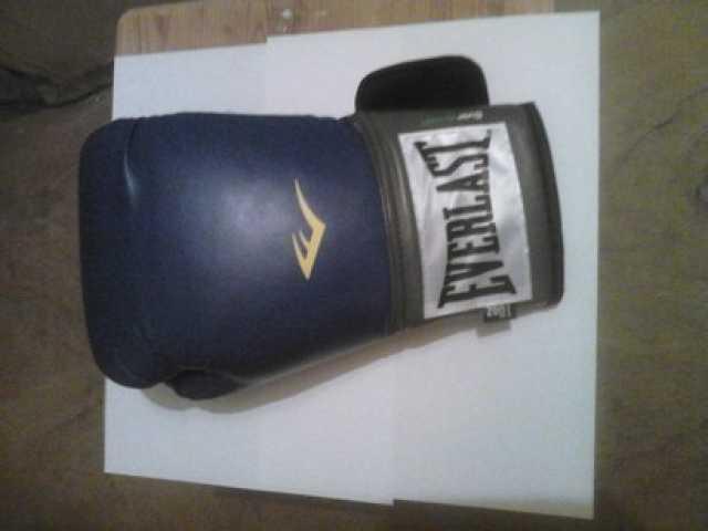 Продам Перчатку боксерскую  правую.