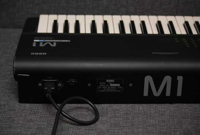 Продам Korg M1
