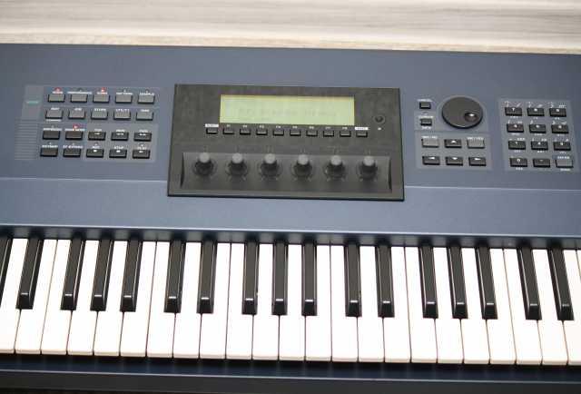Продам Синтезатор 76 клавиш - рабочая станция Y