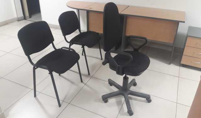 Продам Угловой стол для офиса,3 черных стула