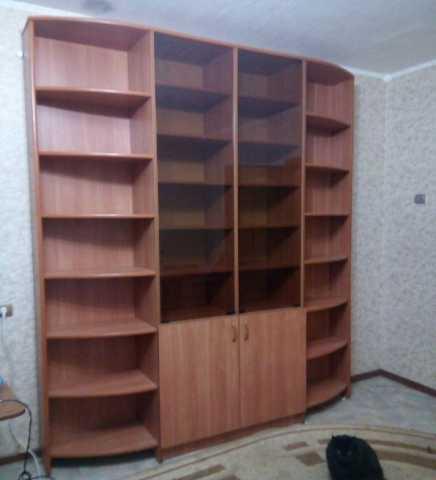Продам: Компьютерный стол и книжный шкаф
