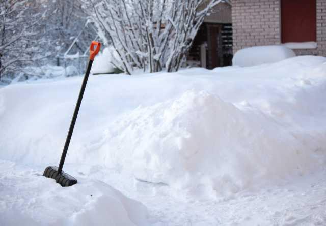 Предложение: Ручная уборка снега с крыш,территорий