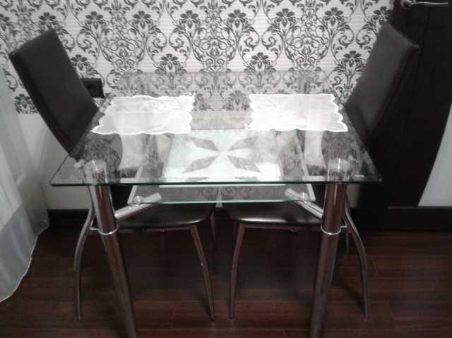 Продам Стеклянный стол, 2 стула и салфетки