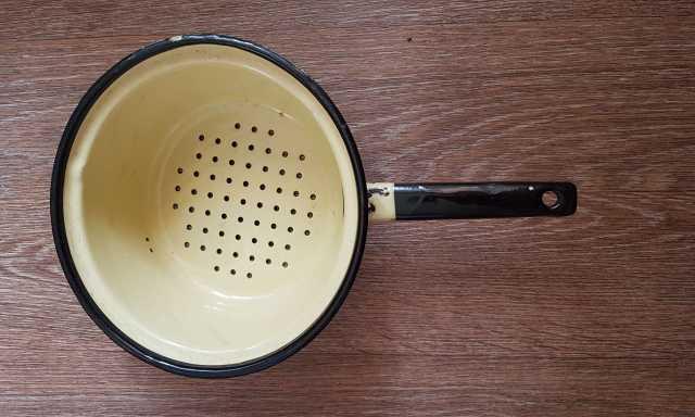 Продам Дуршлаг эмалированный, б/у, жёлтый