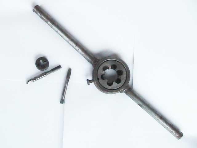 Продам плашки трубная, метрическая и метчики