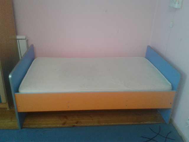 Продам Детскую кровать с матрасом и шкаф