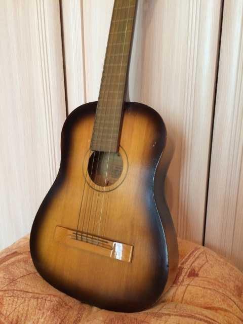 Продам акустическую гитару малоразмерную