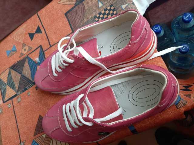 Продам Женские кроссовки