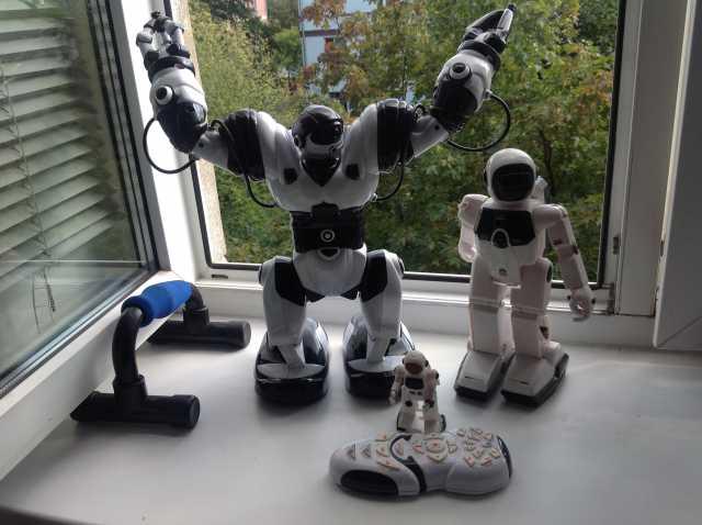 Продам семейка танцующих роботов