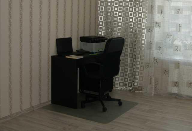 Продам: Рабочий стол с тумбочкой и стулом
