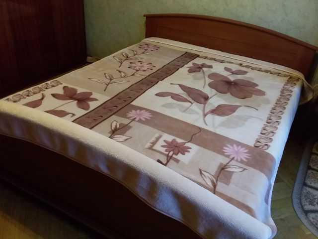 Продам Покрывало-одеяло из сучённой акриловой