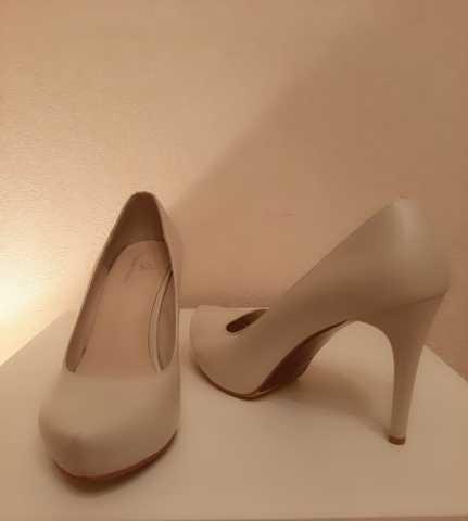 Продам Кожаные бежевые туфли