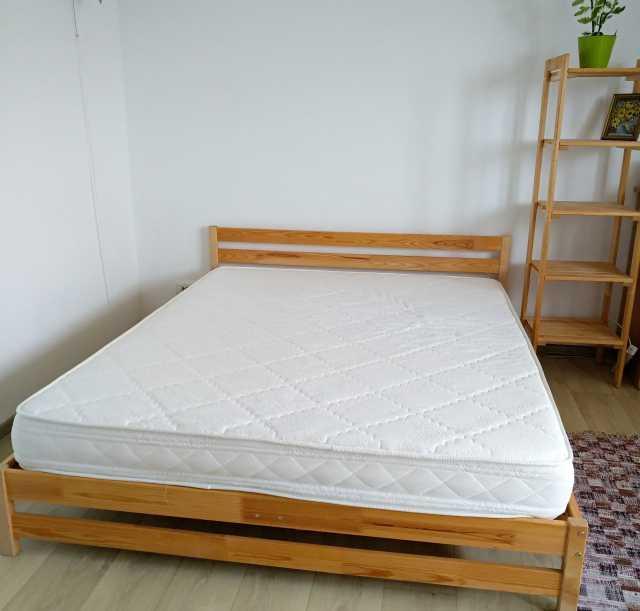 Продам: Кровать двухспальная с матрасом +стеллаж
