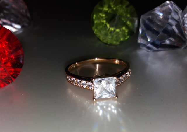 Продам: Кольцо Кристалл- квадрат ХР Позолота 18К