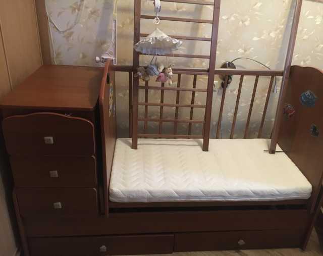 Продам Детская кроватка с комодом и матрасом