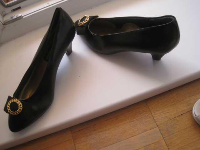 Продам Новые черные туфли стелька 24 см