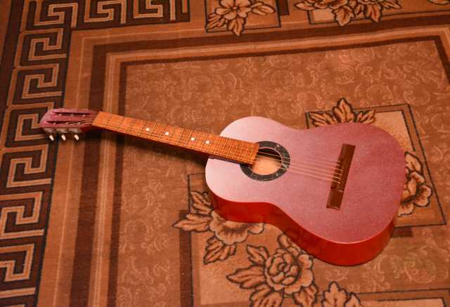 Продам Шестиструнную акустическую гитару
