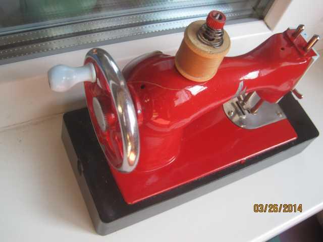 Продам: Ретро Ярко красная детская швейная машин