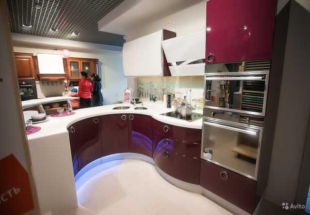 Продам: Кухня-глянец с радиусной столешницей