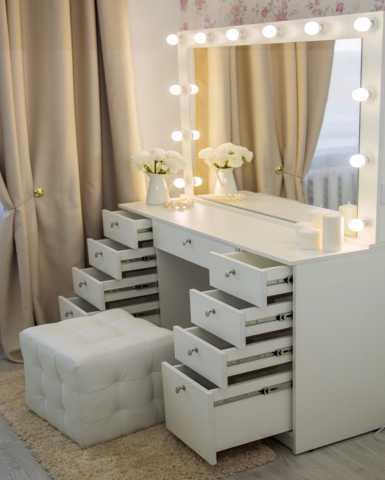 Продам Столик для макияжа с зеркалом и ящиками