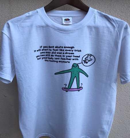Продам: белую футболку с принтом