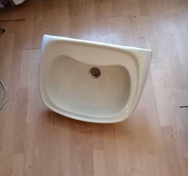 Продам Раковину белую для ванны или дачи продаю