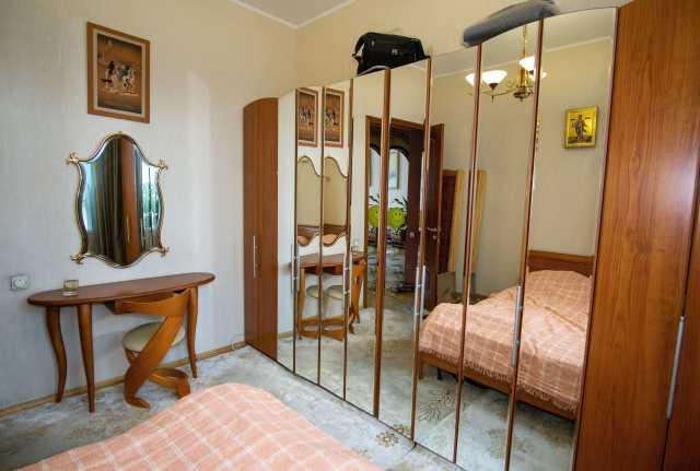 Продам: Шкаф с зеркальными дверями