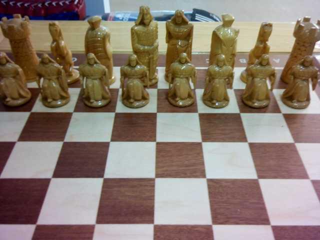 Продам: Шахматный стол,с резными фигурами