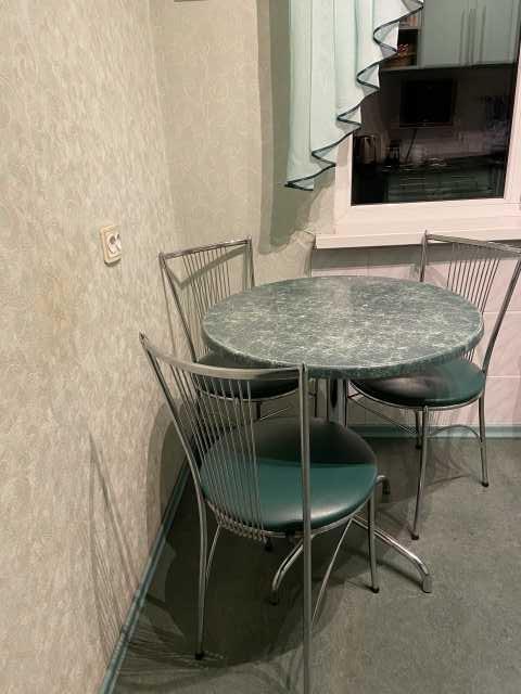 Продам: кухонный стол и три стула