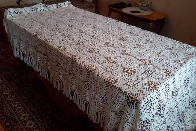 Продам: скатерть, связанная из ниток на стол